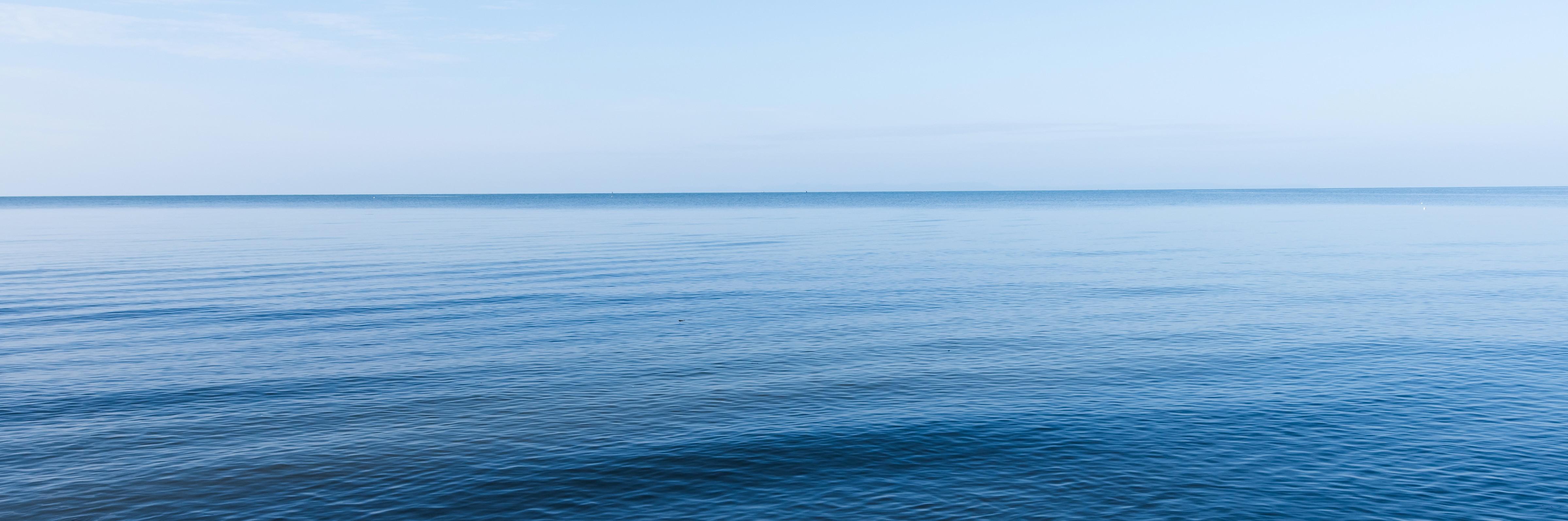 Weiter Blick auf Wasser